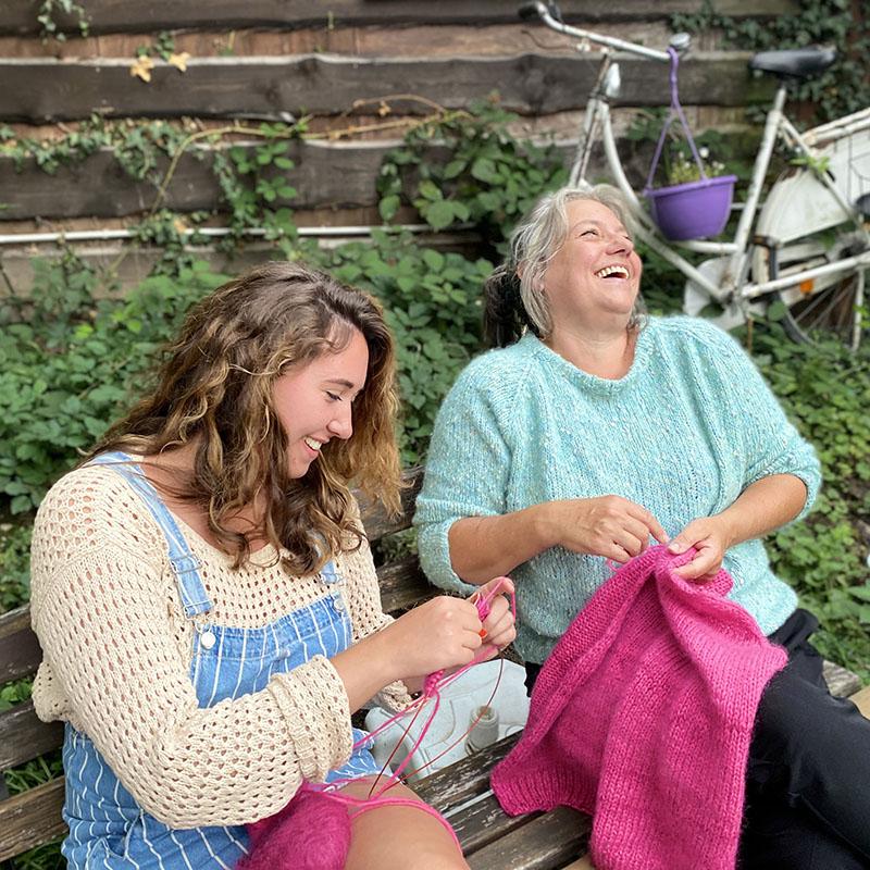 Zwei strickende Frauen